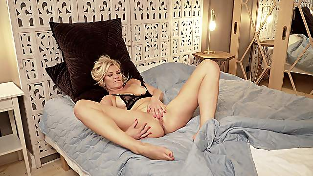 Mature warms her pussy with the fingers in home alone XXX