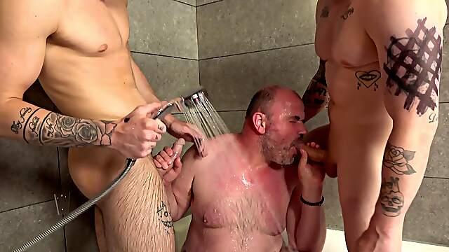 Older gay dude sucking his tattooed boyfriend's dick in the shower