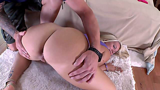 Appealing blonde dazzles with smashing POV